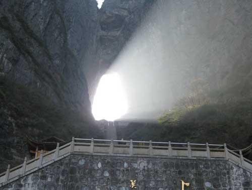 La puerta del cielo en el parque nacional tianmen for Puerta al cielo china