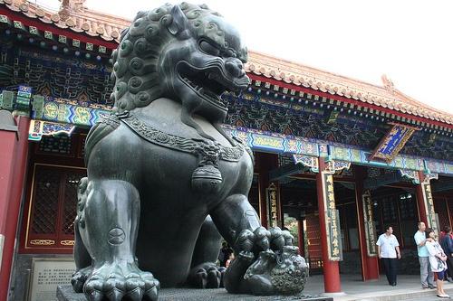Leona en edificio real chino