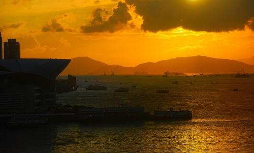 Atardecer y embarcaciones en la Bahia Victoria