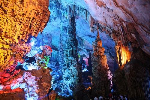 Recorridos guiados por la Cueva de Flauta de Caña