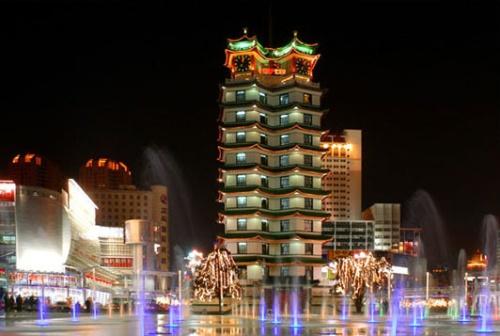 Torre Erqi en la noche