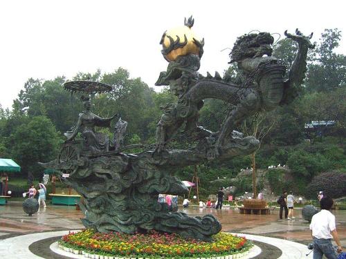 Carroza manejada por Xi He llevando uno de los soles